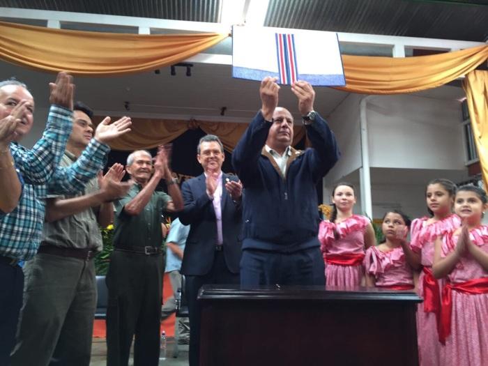 President Luis Guillermo Solís skriver på dokumentet för nationalparkens utökning.