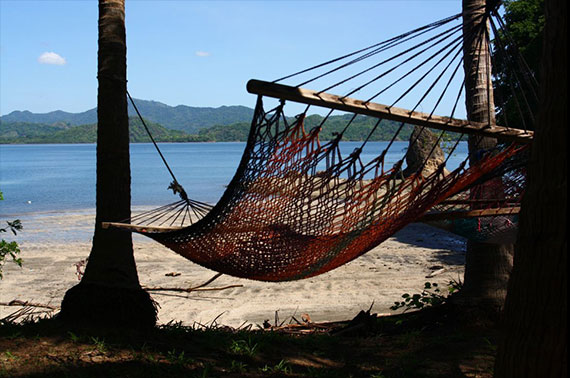 Ett mycket säkert resmål med fantastiska och vänliga människor. Det amerikanska utrikesdepartementet rankade Costa Rica som Nivå 1, Säkert land för resor. Det är den lägsta rådgivande nivån och innebär att du vidtar normala säkerhetsåtgärder