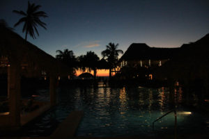 Flamingo Beach Resort pool i solnedgången