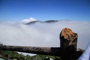 Vulkanen Poas i ett moln